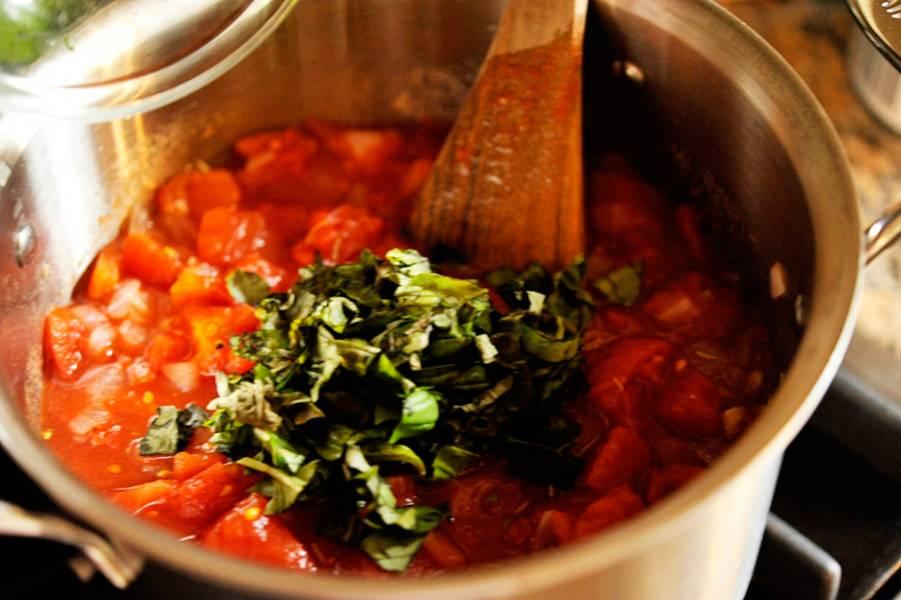 4. Самое время добавить томатное пюре. Делается оно просто: измельчить помидоры в блендере, но перед этим обдать и кипятком и снять кожицу.