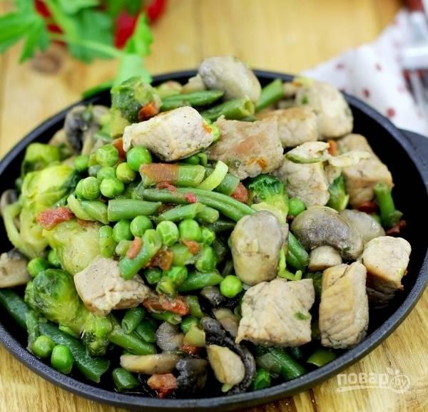 6. Готовое блюдо лучше употреблять в пищу в горячем виде. Вместо свинины можно взять, например, куриное филе или индейку. Говядина будет готовиться дольше, хотя она тоже отлично сочетается с овощами.