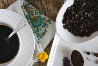 Кладем в маленькую мисочку масло и шоколад. Ставим миску на паровую баню и помешивая, пока ждем пока все не растопится. Измельчаем в кухонном комбайне зерна эспрессо, покрытые шоколадом. Теперь смешайте: измельченные зерна эспрессо, муку, какао, разрыхлитель и соль.