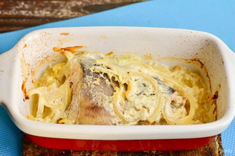Отправьте рыбу в разогретую до 190 градусов духовку на 30 минут.