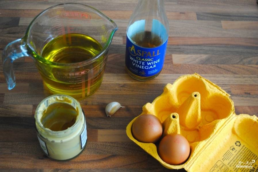 Теперь будем готовить домашний майонез! Приготовьте все ингредиенты: оливковое масло, горчицу, зубчик чеснока, винный уксус, яичные желтки, соль и перец.
