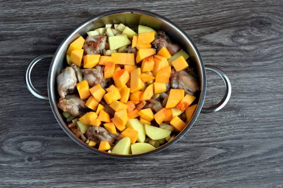 Выложите кубики тыквы. Слегка обжарьте. Добавьте томатную пассату и тушите пару минут. Влейте полстакана кипятка, добавьте лавровый лист и тушите до готовности картофеля. Посолите и поперчите по вкусу.