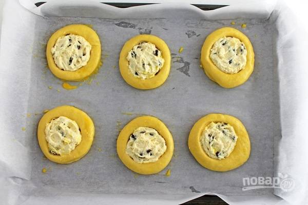 18. Наполните булочки начинкой и смажьте взбитым яйцом. Отправьте противень в разогретую духовку.