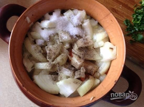 И репчатый лук. В каждый горшочек добавляем соль и перец.