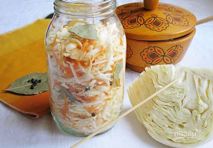 В промытую стеклянную банку утрамбуйте овощи вместе с лавровым листом и перцем.