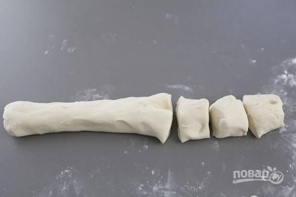 4.Сформируйте из теста небольшую колбаску и разрежьте ее на кусочки.