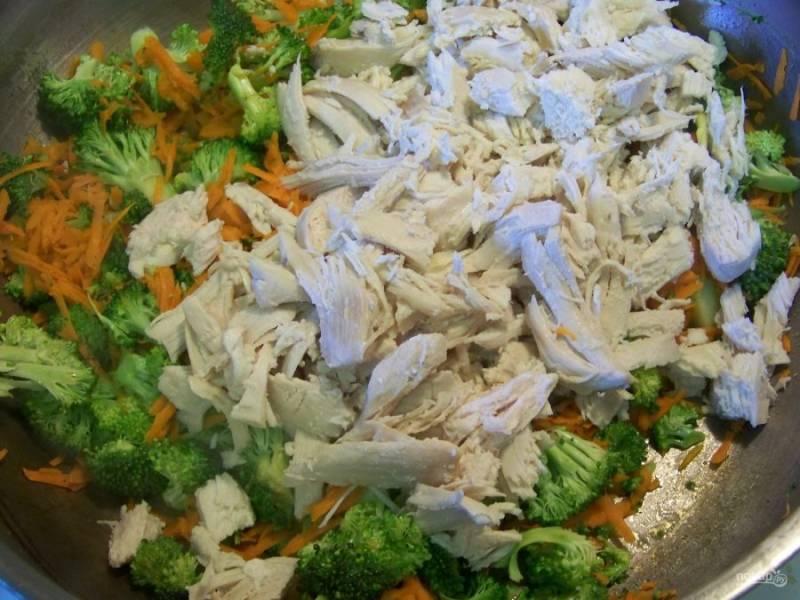 В разогретой сковороде с маслом обжарьте морковь, лук и брокколи. Как только овощи приобретут золотистый цвет, добавьте в сковороду кусочки отваренной куриной грудки.