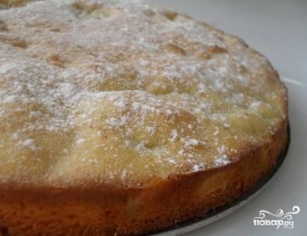 Выпекаем пирог в разогретой до 200 градусов духовке минут 30-35. Готовность проверяем зубочисткой. Остывшую шарлотку посыпаем сахарной пудрой и подаем к столу.
