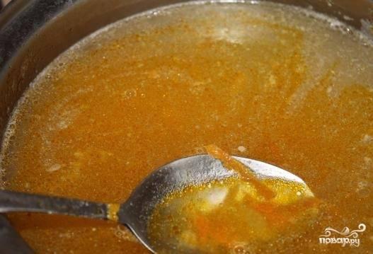 6. Как только картофель сварится, положите в бульон мясо и поджарку.