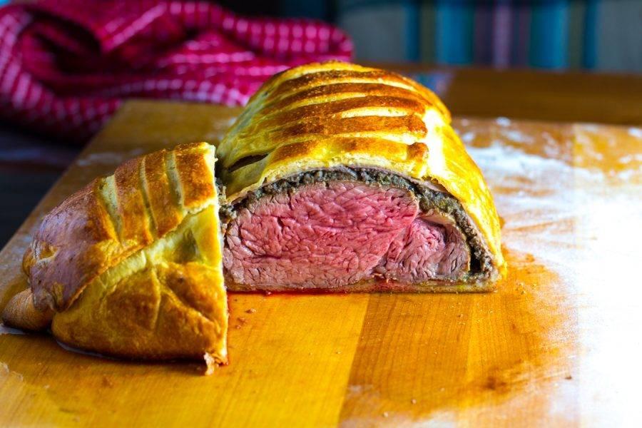 12.Достаньте мясо из духовки и оставьте на 15-25 минут, чтобы оно немного отдохнуло и остыло. Нарежьте его кусочками и наслаждайтесь.