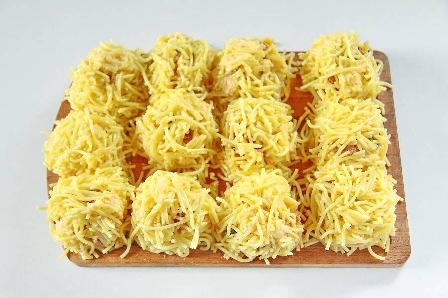 Накройте начинку оставшимися спагетти и аккуратно руками сформируйте шарики размером примерно чуть меньше теннисного мячика. Накройте их пищевой пленкой и уберите в холодильник на 20 минут.