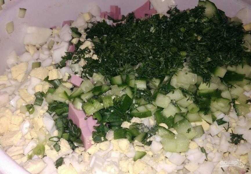 4. Из зелени хорошо подойдет укроп и зеленый лук. Нарезаем мелко и отправляем к остальным продуктам.