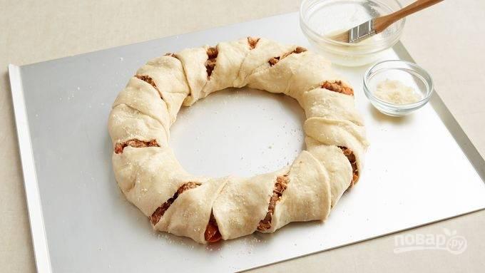 5. Готовую пиццу-ролл смажьте оливковым маслом, посыпьте сыром и отправьте в духовку на 20-25 минут. Приятного аппетита!