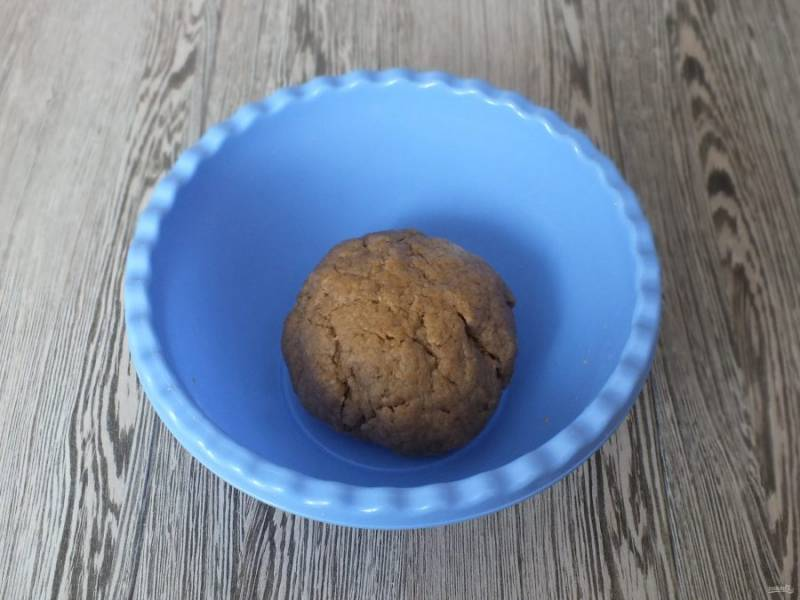 Замесите мягкое, податливое тесто. Лёгкая крошливость допускается, но рассыпаться тесто не должно. Скатайте его в шар.