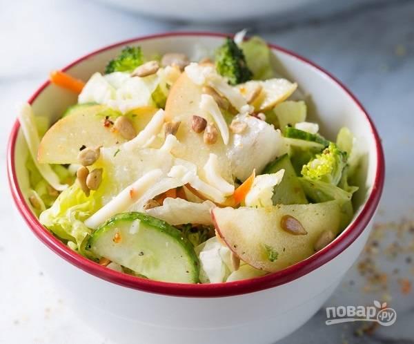7.Настаиваю салат несколько минут, а затем уже наслаждаюсь освежающим и оригинальным вкусом готового блюда.