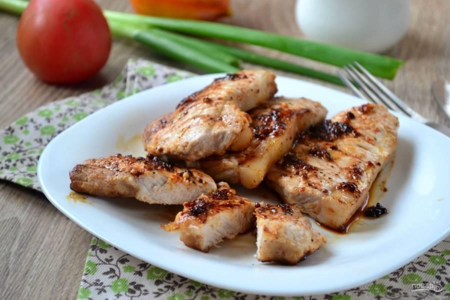 Жарьте мясо на среднем огне 7-9 минут. На поверхности должна образоваться красивая румяная корочка. Подавайте стейки горячими со свежей зеленью и любимым гарниром. Такие стейки сметаются с тарелок в считанные секунды!