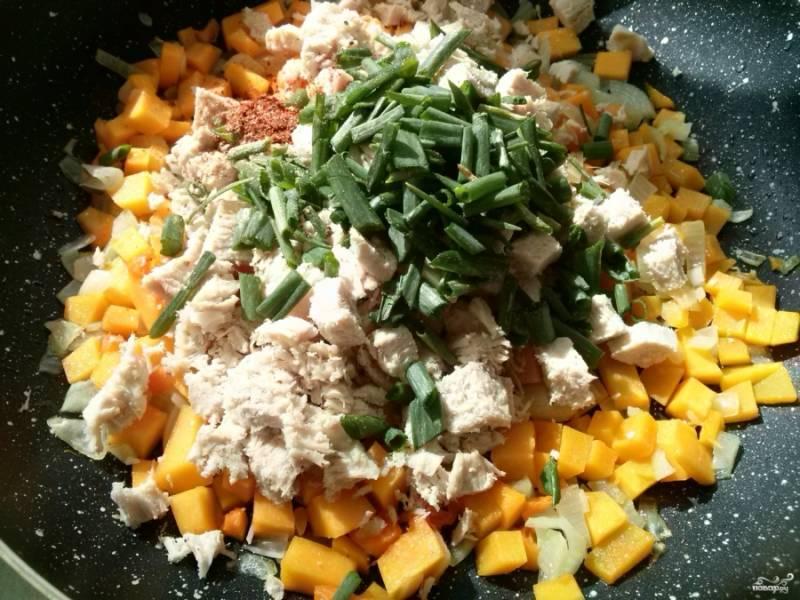 Отварную куриную грудку порежьте на мелкие кубики, добавьте в начинку. Туда же отправьте зеленый лук, мелко его нарезав. Посолите, поперчите по вкусу и перемешайте.