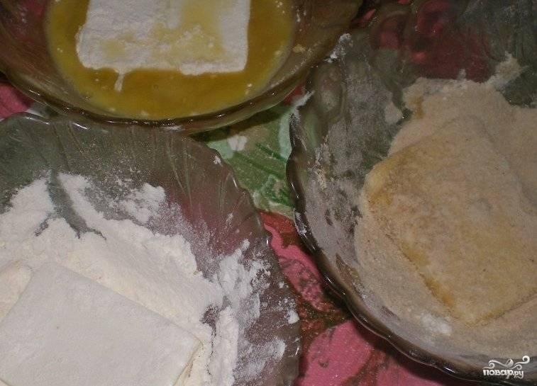 Кусочки сыра обваляйте вначале в в крахмале, затем в яйце и в сухарях.