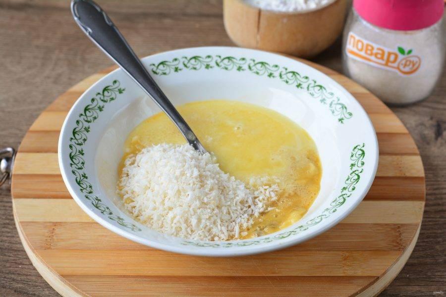 Влейте растопленное остывшее сливочное масло, всыпьте кокосовую стружку.