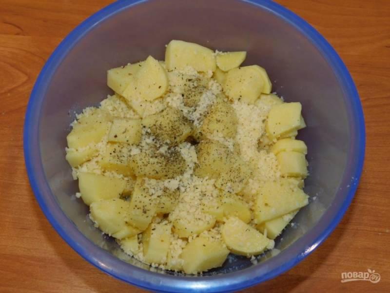 Смешайте картофель с оливковым маслом. Добавьте половину тертого пармезана, соль и специи. Перемешайте.