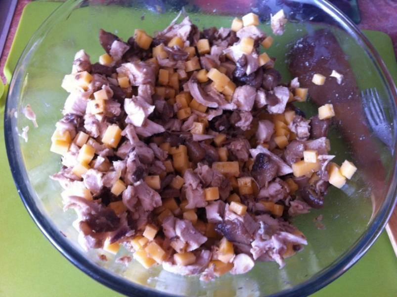 Готовим начинку. В сковороде обжариваем лук, добавляем порезанные шампиньоны и жарим до готовности. Смешиваем обжаренные грибы с луком, порезанное отварное куриное мясо и сыр (порезанный кубиками). Начинка готова!