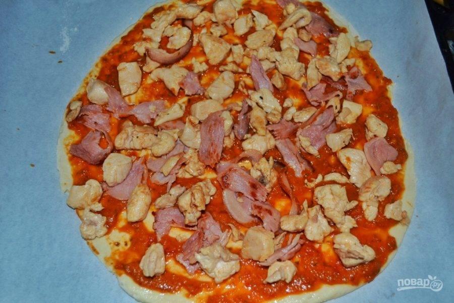 6.Выложите поверх соуса куриное мясо и бекон. Нарежьте небольшими кусочками консервированные ананасы.