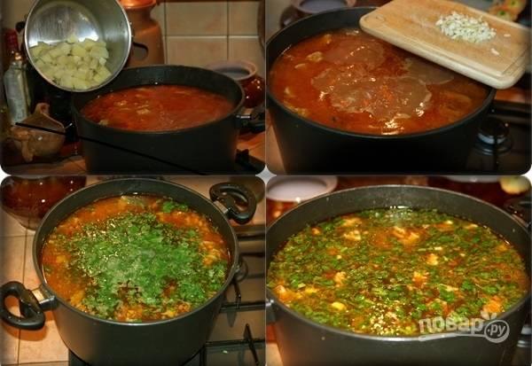 7. Следующими ингредиентами будут картофель и рис. После их добавления варите харчо еще минут 20. Затем добавьте измельченный чеснок и зелень. Снимите с огня, накройте крышкой и дайте еще полчасика настояться перед подачей.