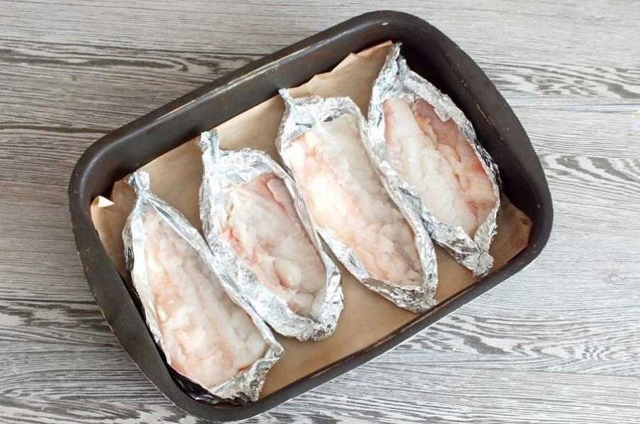 Подготовленную рыбу выложите в форму для запекания.