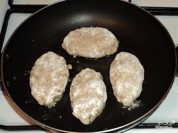 Аккуратно соединить края лепешки. Зразы обвалять в оставшейся муке. На сковороду налить растительное масло, разогреть, выложить зразы.