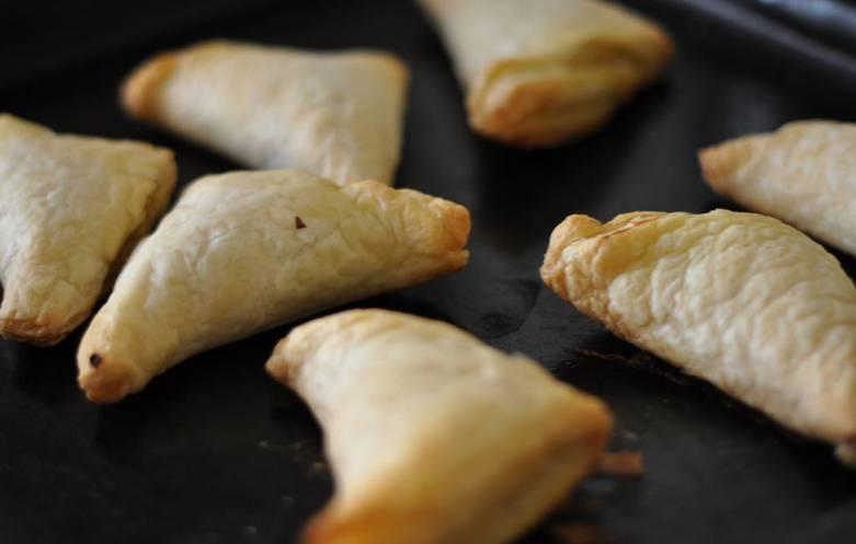 Смажьте противень растительным маслом, поместите на него пирожки. Выпекайте 20 минут в духовке при температуре 180 градусов.