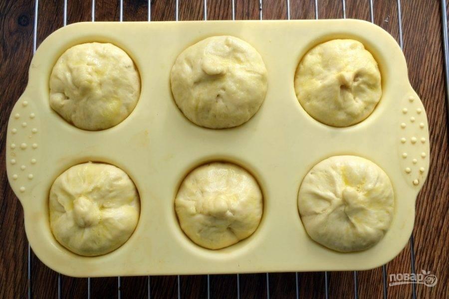 Накройте булочки пищевой пленкой и оставьте в теплом месте  для подхода на 20 минут. Затем я смазала верх булочки взбитым яйцом для красивой корочки, что не обязательно.