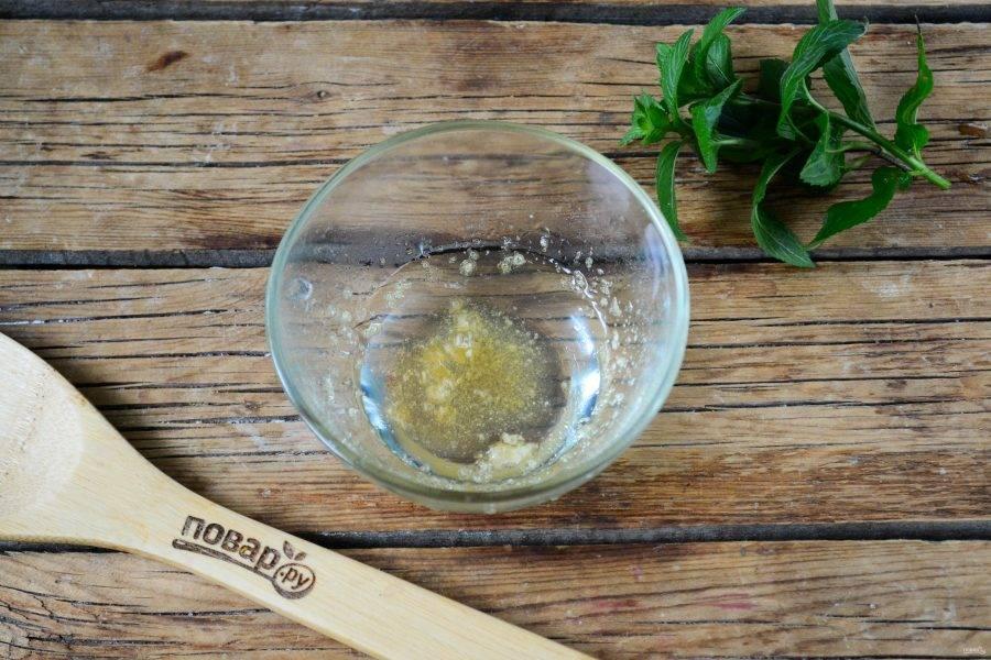 Пока варенье варится, замочите желатин в слегка теплой воде.