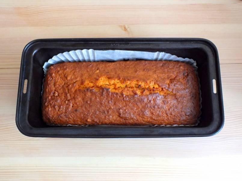 По истечении времени достаньте кекс из духовки.