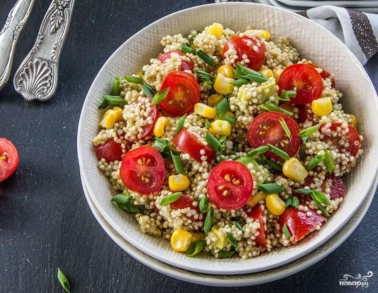 7. Осталось соединить все ингредиенты вместе и полить заправкой. Вот и все, салат с киноа и помидорами в домашних условиях готов. Приятного аппетита!
