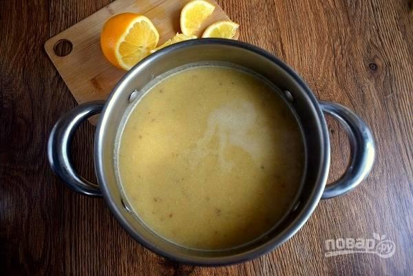 Выложите все в кастрюлю с горячей водой или бульоном, готовьте в течение 15-20 минут до готовности чечевицы. Пробейте блендером до состояния пюре, посолите по вкусу, доведите до кипения, снимите с огня.