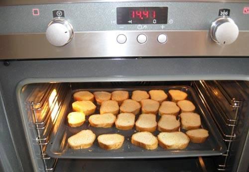 Хлеб поджарить в духовке 10 минут.