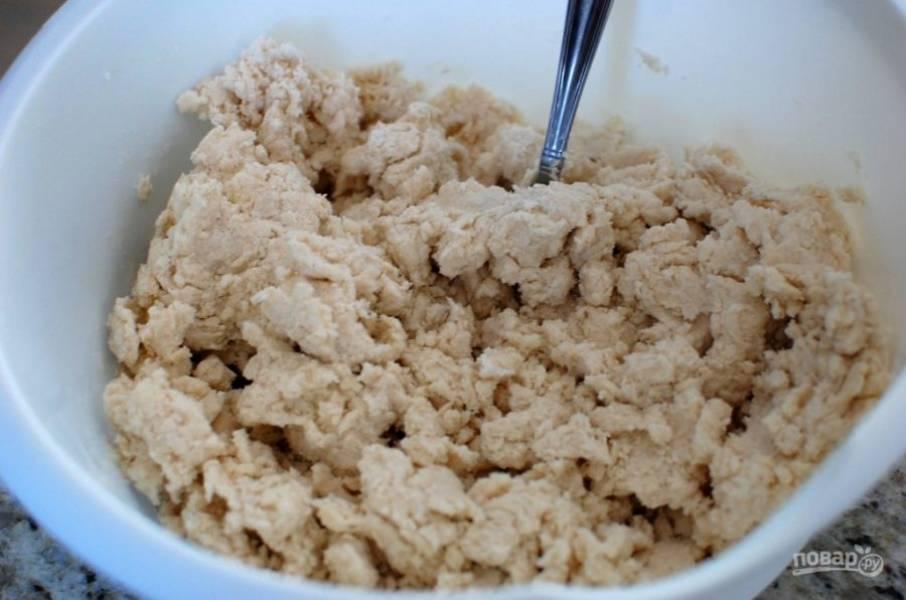 4.Тщательно смешайте, чтобы получилось мягкое и липкое тесто.