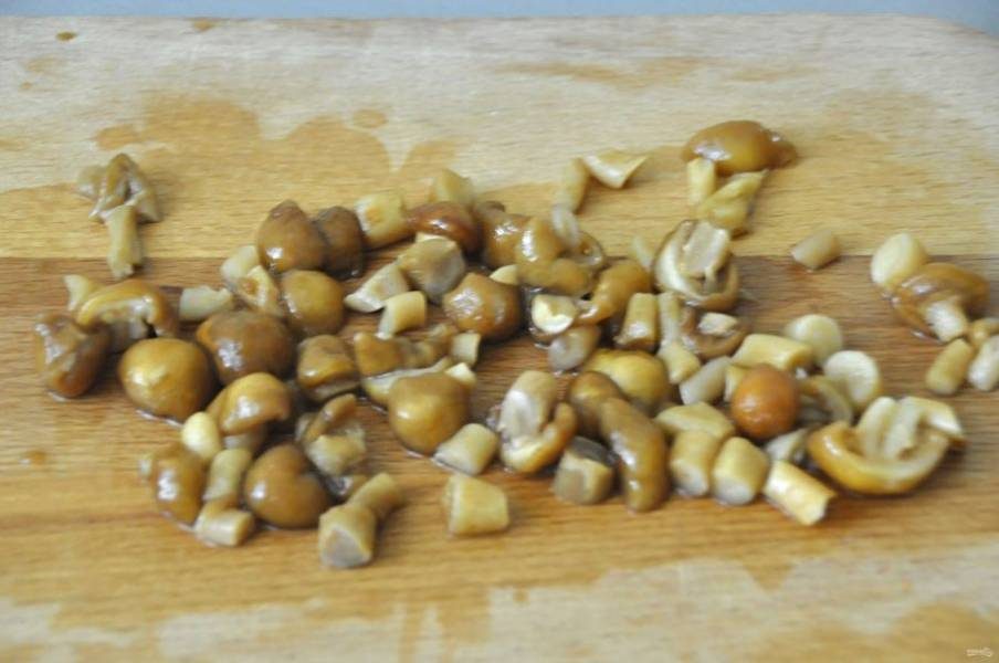Измельчите грибы.