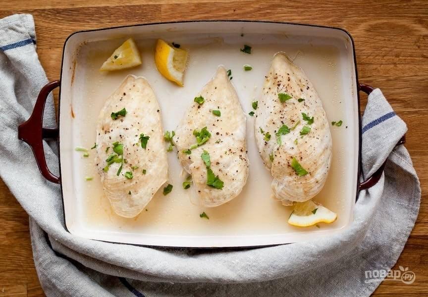 7.Подавайте куриное филе в горячем виде с ломтиками лимона и рубленой зеленью или остудите, а затем отправьте на хранение в холодильник.