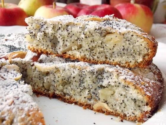 8. Нарезаем на части и подаем к столу. При желании ее можно украсить фруктами, присыпать сахарной пудрой и даже тертым шоколадом.