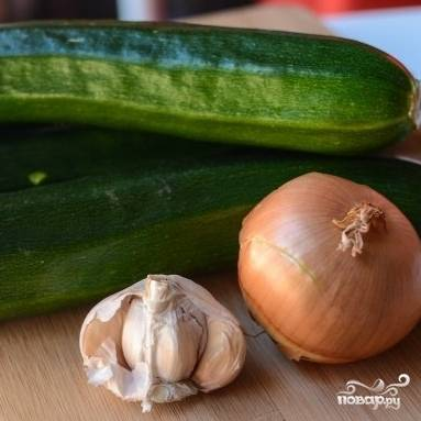 1. Очистите цукини, лук и чеснок. Нарежьте цукини кубиками, лук и чеснок измельчите.