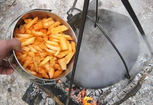 Закладываем в ведро с бараниной и луком морковь, варим 15 минут.