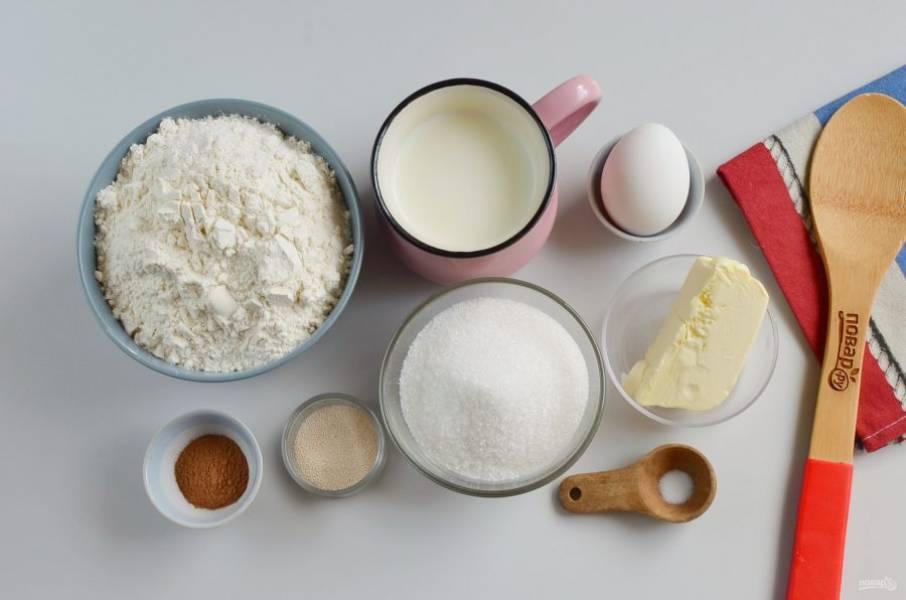 Подготовьте все необходимые ингредиенты. Молоко подогрейте до 38-40 градусов. Яйцо разделите на желток и белок. Сливочное масло для теста растопите и остудите немного.