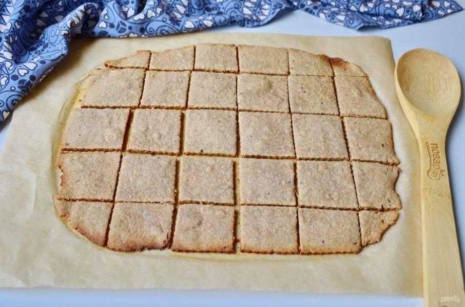 Еще горячее печенье порежьте снова ножом для пиццы, дайте полностью остыть. Потом оно легко отойдет от бумаги и не будет крошиться. Угощайтесь!