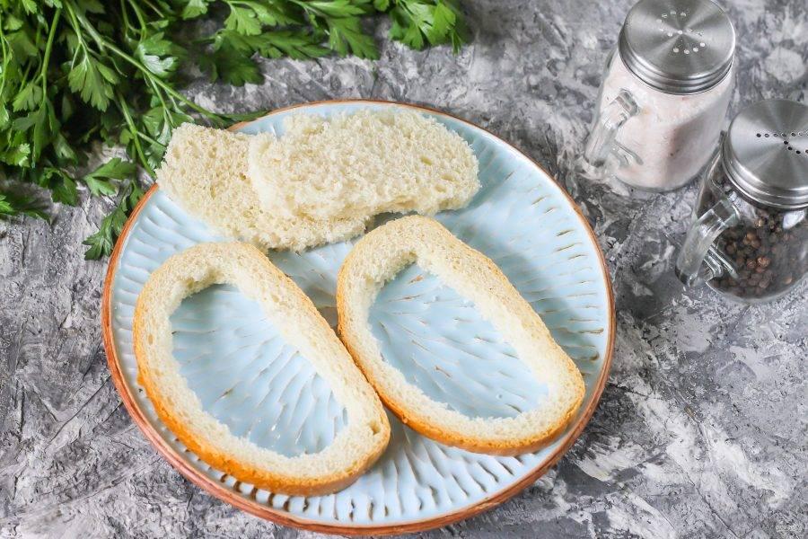 Выложите ломтики на тарелку и аккуратно руками извлеките из них хлебный мякиш, стараясь не разорвать горбушку.