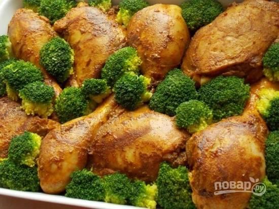 Брокколи разделите на соцветия и бланшируйте в кипятке буквально 1 минуту. Теперь выложим на рис с овощами части куриных ножек, а между ними брокколи.
