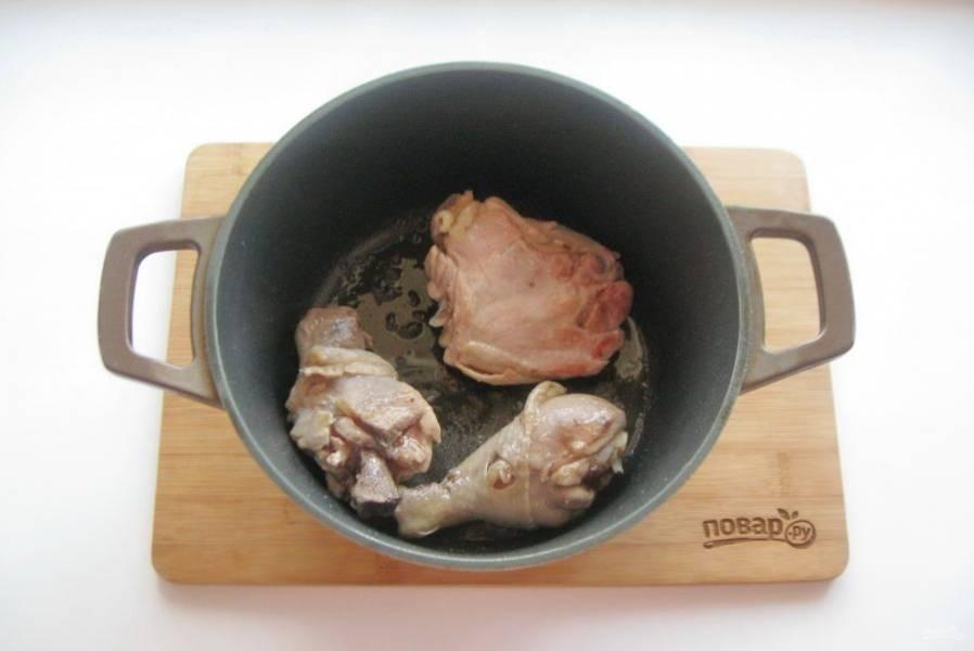 Поджарьте курицу на сильном огне до румяной корочки.