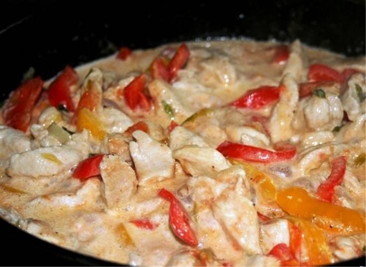 Затем залейте мясо с овощами сметаной с небольшим количеством воды, уменьшите огонь и доведите до кипения. Дайте прокипеть 2 минуты, потом снимите с огня. На стол подавайте с макаронами или рисом.