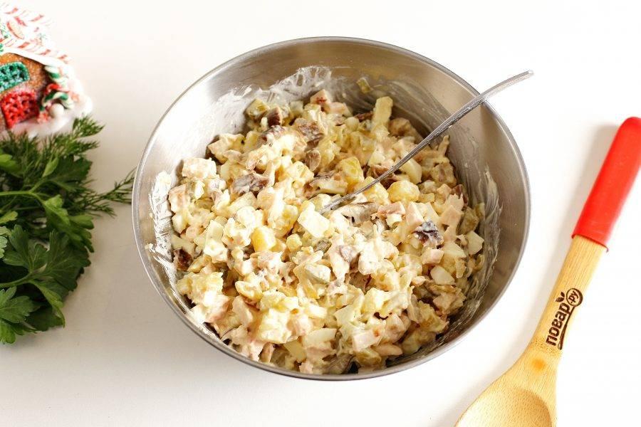 Заправьте салат майонезом, добавьте соль по вкусу и все перемешайте.