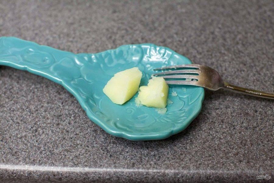 После закипания картофель варится минут 25. Он должен стать мягким.
